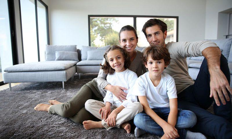 משפחה צעירה בדירה חדשה